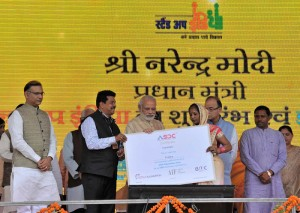 The Prime Minister, Shri Narendra Modi presenting the Automotive Skills Development Council certificate to e-Rickshaw beneficiaries, at the launch of 'Stand Up India' and e-Rickshaw distribution programme, in Noida, Uttar Pradesh on April 05, 2016.  The Union Minister for Finance, Corporate Affairs and Information & Broadcasting, Shri Arun Jaitley, the Minister of State for Finance, Shri Jayant Sinha, the Minister of State for Human Resource Development, Prof. (Dr.) Ram Shankar Katheria are also seen.